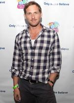 Josh Lucas Plays Ping Pong for Charity