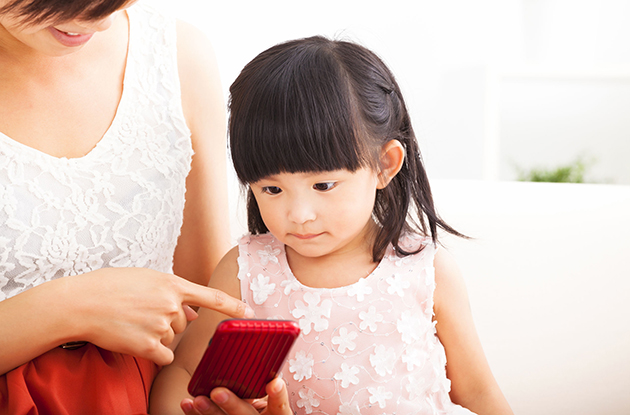 toddler learning to use cellphone emergencies