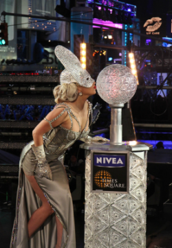 lady gaga kisses new year's ball